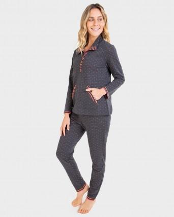 Pijama de mujer con bolsillos y tapeta.