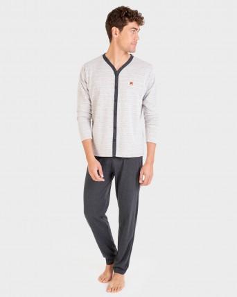 Pijama de hombre abierto con botones.