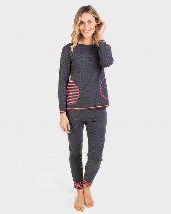 Pijama de mujer con bolsillo y puños.